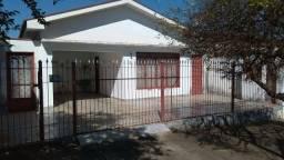 Casa em frente ao Clube Cosmopolitano F.C e próxima do centro de Cosmópolis-SP (CA0063)