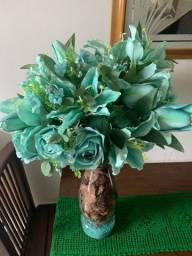 vazo de vidro com arranjo de flor