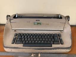 Máquinas de escrever elétricas Olivetti e IBM