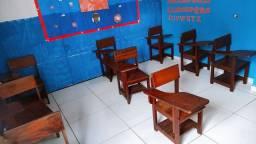 Vendo 11 cadeiras universitária de madeira e 5 jogos de mesinhas infantil