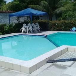 Espaço com piscina grande