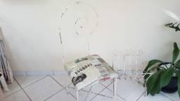 Cadeira de ferro antiga mais revisteiro