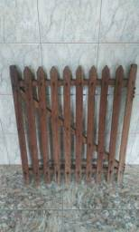 Portão madeira maciça.