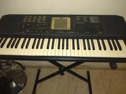 Quero vender um teclado Yamaha, com pedestal e fonte