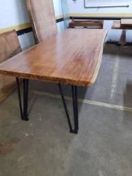 Está mesa tem 112 de largura, mesa fabricada com estilo.