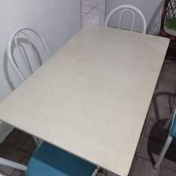 Mesa retangular com 4 cadeiras e tampo de granito