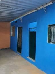 Alugo casa em Rocha Miranda com 2 quartos e garagem.