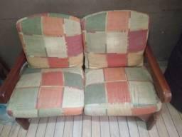 Sofá de madeira com com almofadas completo