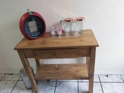 Cafeteira Arno Dolce Gusto Circolo Vermelha com aparador rustico