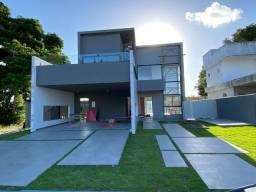Casa com excelente acabamento em condomínio