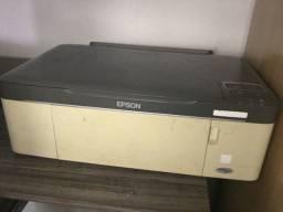 Impressora e rack de computador