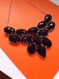 Colar curto com pedras pretas