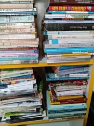 Lote com 600 livros diversos..