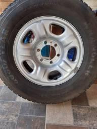 Vendo pneu  235/70/16  em estado de novo com aro. Aceito cartão