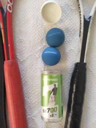 Conjunto duas raquetes e duas bolas de squash