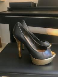Sapato salto alto preto com dourado