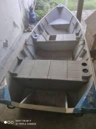 Barco com motor de popa 4 tempos