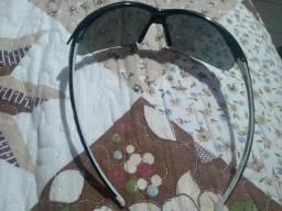 Capacete rosa e óculos zero