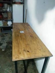 Mesa com estrutura industrial e madeira nobre.