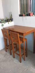 Conjunto de mesa e banquetas de madeira