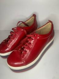 Tênis alto vermelho, sonho dos pés