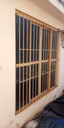 Janelas usadas de ferro com vidros e 04 telhas de zinco