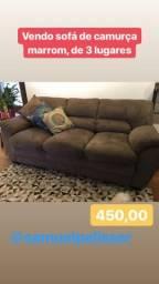 Elegante sofá de três lugares de camurça marrom