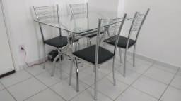 Ótima mesa de jantar com tampo de vidro, incluindo 04 cadeiras