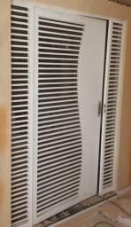 01 porta e 02 janelas (ambas de aço e acompanhadas de vidro)