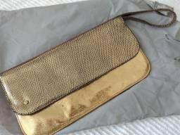 Carteira de mão para sair cor dourada.