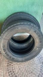 Par de pneus 215/75 17,5 semi novos para dianteira