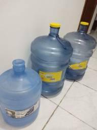 Garrafões de água vazios