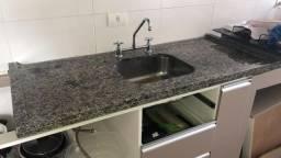 Bancada de granito Ocre Itabira para cozinha com cuba de inox e torneira com misturador