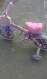 Carrinho e uma bicicleta