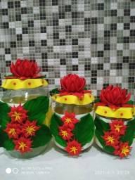 Potes decorados e flores em eva