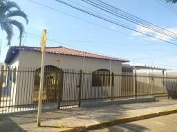 Linda Casa Amambai Próxima do Centro com 4 Quartos**Venda**