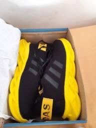 Tênis Adidas maverick preto com amarelo