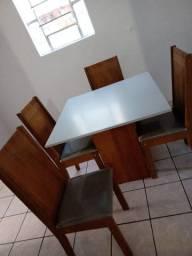 Mesa de quatro cadeiras novas.