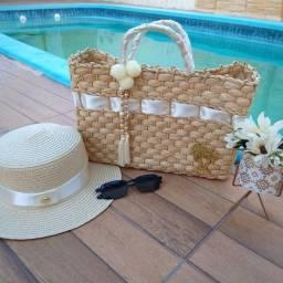 Bolsas e chapéus.