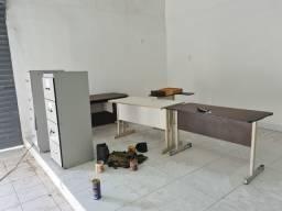 Três mesas e dois armários tudo por 600 reais