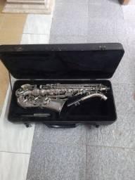 Saxofone pouco usado com estojo