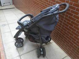 Vende se uma carrinho de bebe muito conservado .