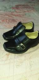 Sapatos e sandálias de criança vendo 3 sapatos e 2 sandálias  por 50 reais
