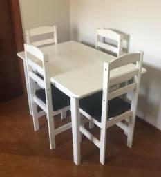 Mesa de Madeira branca com 4 cadeiras - Usada