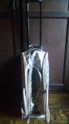 Bolsa mala de viagem estampada com rodas fixa e alças. Importado
