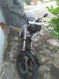 Moto CBX Twister 250, moto ok, com 800 reais de documento