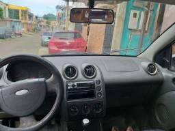 Vendo Ford Fiesta Sedã em bom estado.