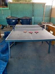 Mesa de ping pong com rede e raquetes