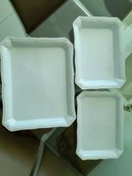 Travessas, pratos e panela de louça branca