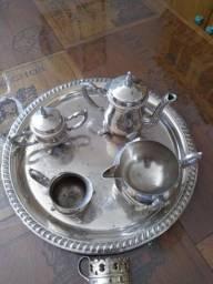 Pratas e outros objetos de enfeite utilidades para casa.